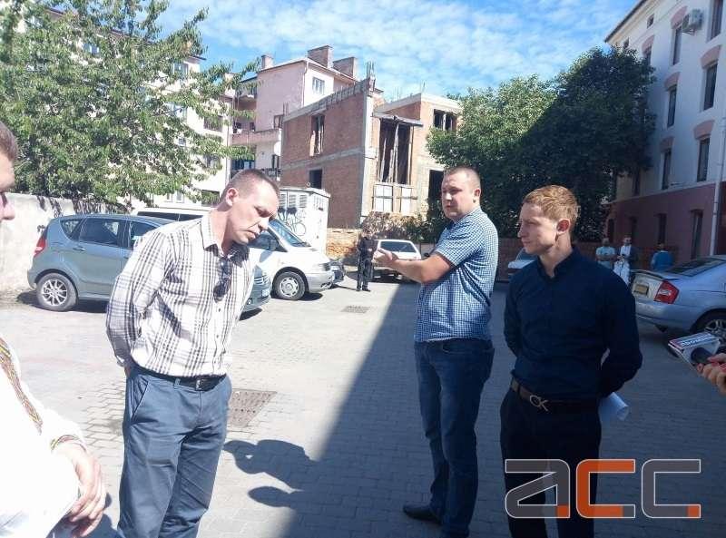 Смітники з-під стін Чернівецького ліцею №1 обіцяють перенести вже 18 травня