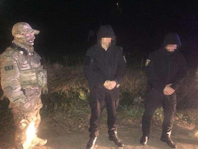 На Прикарпатті правоохоронці затримали поліцейських-хабарників, які хотіли викупити у місцевого журналіста компромат на себе (відеофакт)
