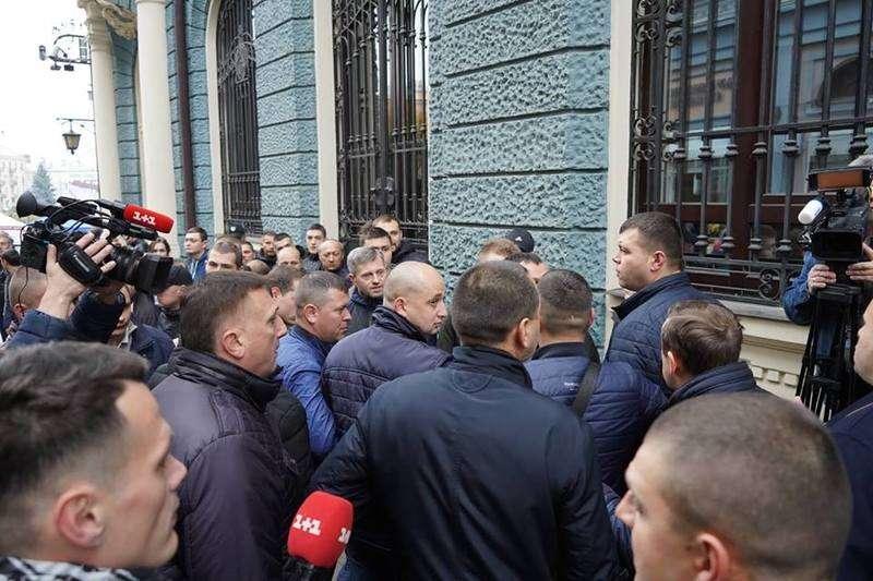 Тимошенко на Буковині зустріли пікетом. Сталася бійка