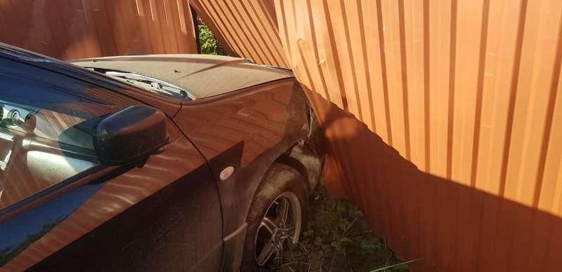 Нетверезий водій у Чернівцях в`їхав в огорожу (ФОТО)