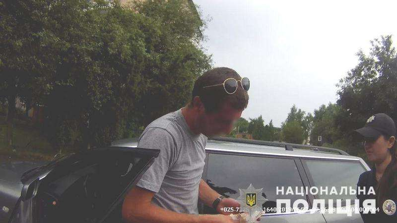 Нетверезий водій, якого розшукували в Одесі, хотів відкупитися від поліцейських на Буковині