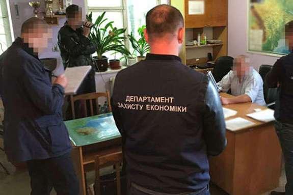 """Результат пошуку зображень за запитом """"Керівника райавтодору на Буковині оштрафували на 25,5 тис. грн за хабар"""""""