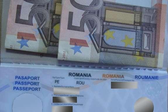 """Результат пошуку зображень за запитом """"Поклав 100 євро у паспорт. Громадянин Молдови намагався підкупити прикордонника"""""""