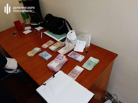 Результат пошуку зображень за запитом Хабарі за виготовлення закордонних паспортів: на Буковині викрили міграційників