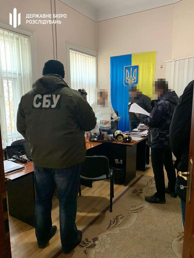 Хабарі за виготовлення закордонних паспортів: на Буковині викрили міграційників