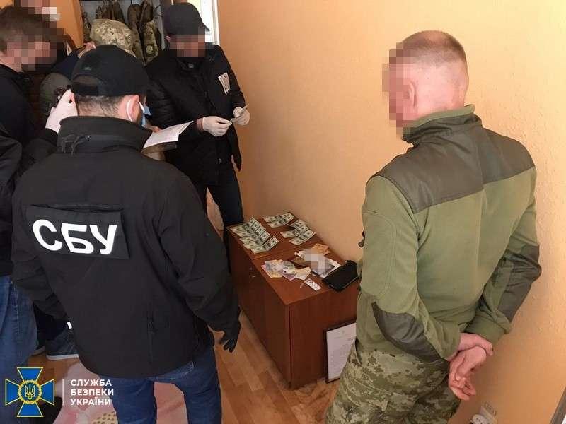 На Буковині начальника відділу Держприкордонслужби затримали на хабарі