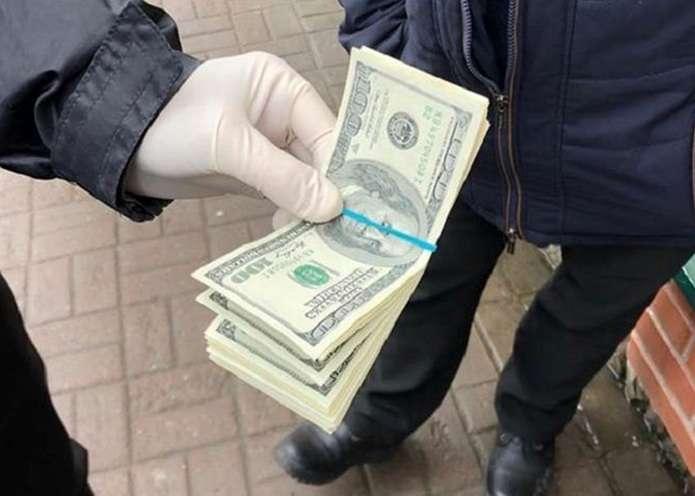 На Буковині поліцейський вимагав 350 доларів за повернення документів на автомобіль