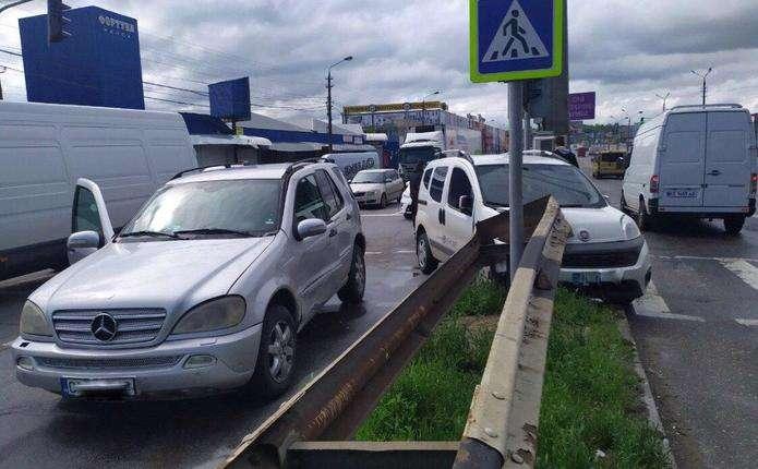 Біля Калинівського ринку в Чернівцях не розминулися дві автівки (ФОТОФАКТ)