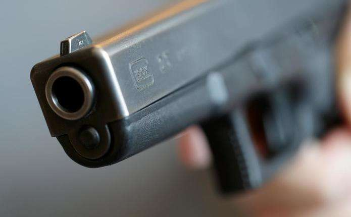 На Глибоччині хулігани стріляли по автівці чоловіка, коли той був в середині