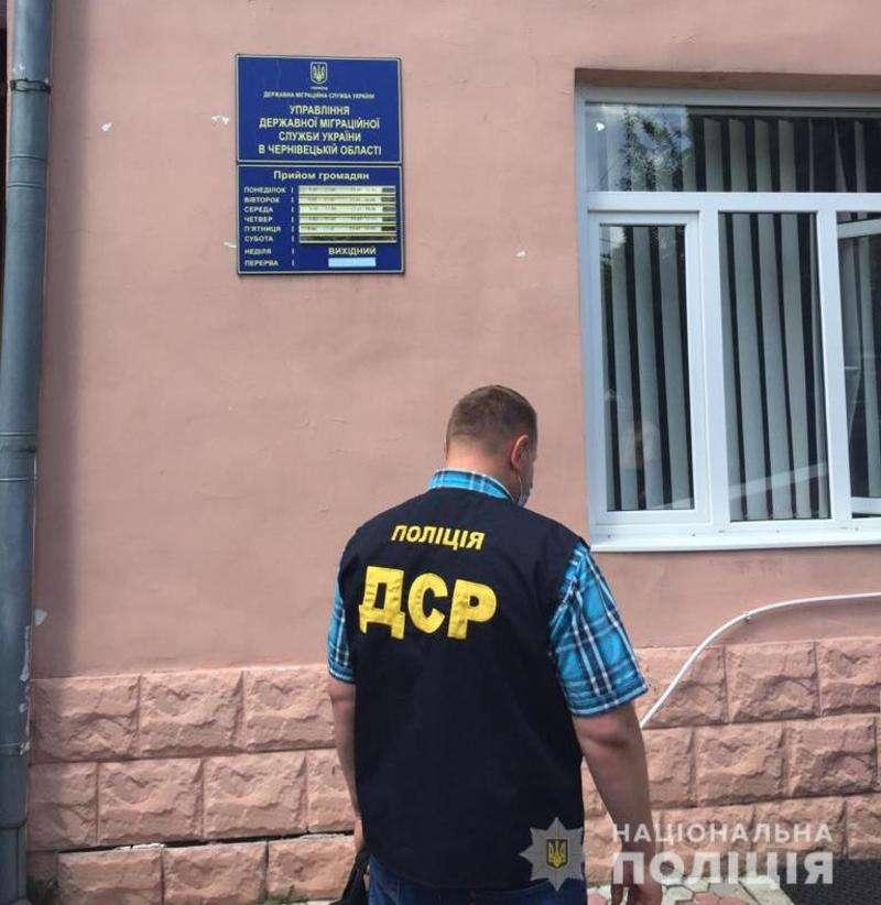 У Чернівецькій області на хабарі затримали службовця міграційної служби (ФОТО)