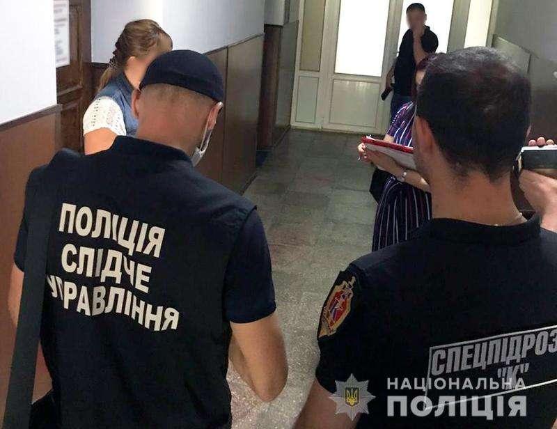 На Буковині затримали керівницю приватної фірми, яка вимагала 2 тисячі доларів хабаря