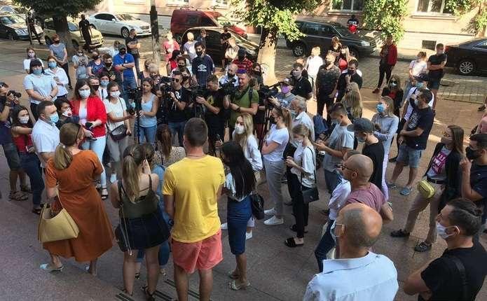 Протест під Чернівецькою ОДА: чернівчани вимагають не вводити нових карантинних обмежень (ВІДЕО)