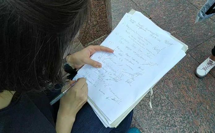 Під Чернівецькою ОДА почали збирати підписи про дозвіл роботи установ та підприємств у «червоній» зоні