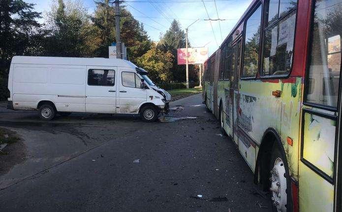 У Чернівцях не розминулися Mercedes Sprinter та тролейбус