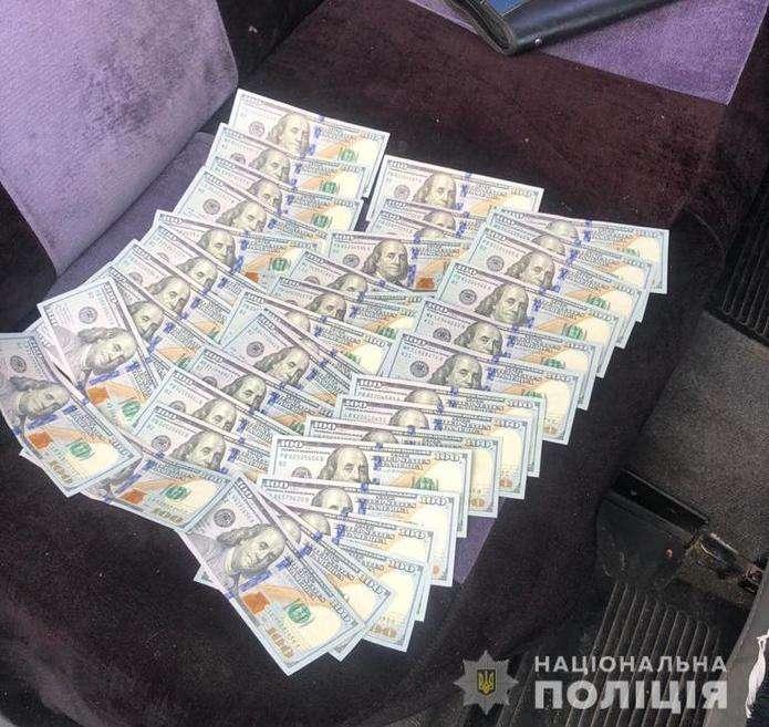 На Буковині затримали посадовців міськради за вимагання 10 тисяч доларів хабаря