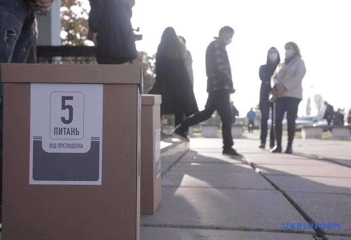 Картонні коробки на виході з дільниць: як відбувається «опитування Президента»