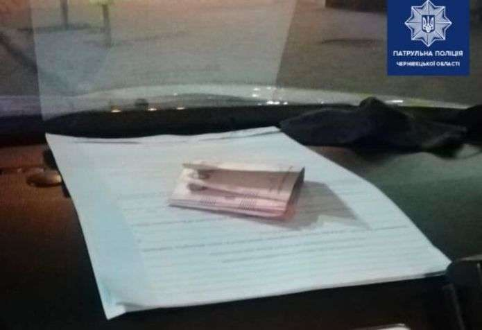 За нічну зміну буковинських патрульних намагалися підкупити два водії