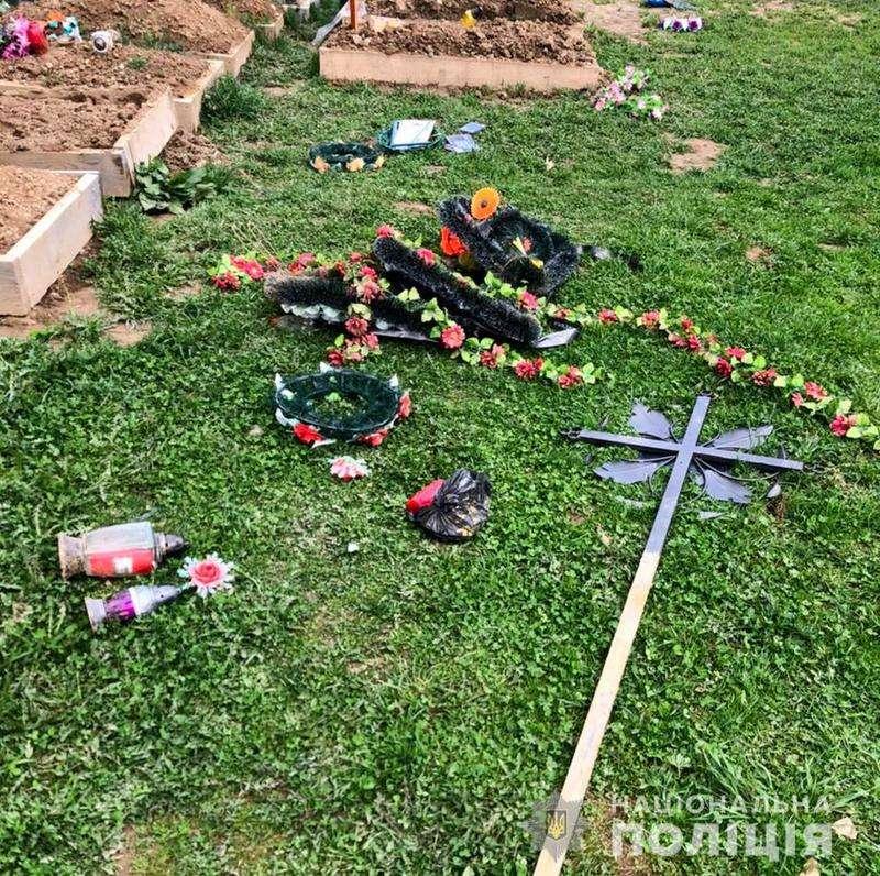 На Буковині п'яний 20-річний чоловік понівечив 13 могил (ФОТО)
