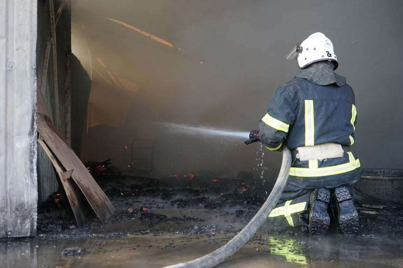 У Чернівцях 30 рятувальників гасили масштабну пожежу на складі