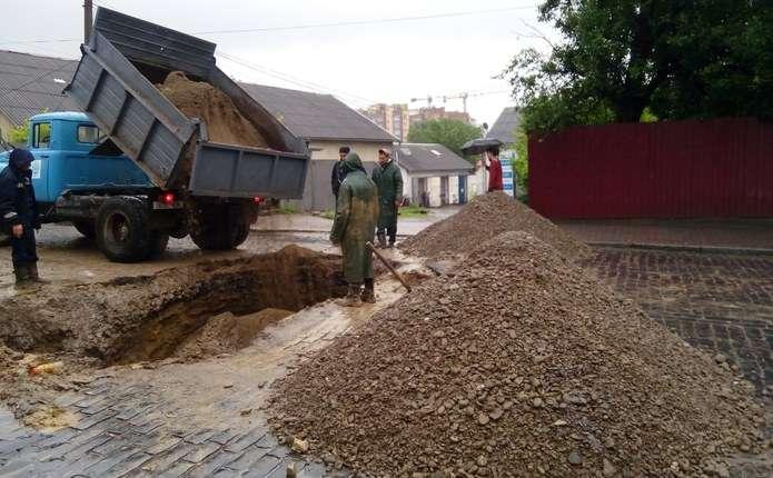 Рух вулицею Руська у Чернівцях відновили, ремонт триватиме і завтра