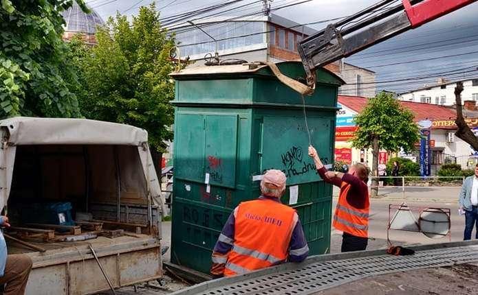 У центрі Чернівців демонтували незаконний кіоск (ФОТО)