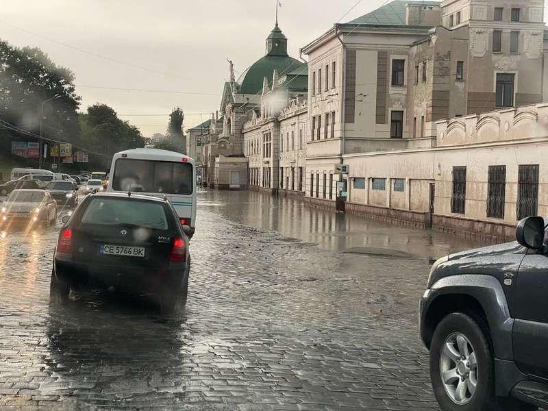 Негода у Чернівцях: злива затопила вулиці міста (ВІДЕО)