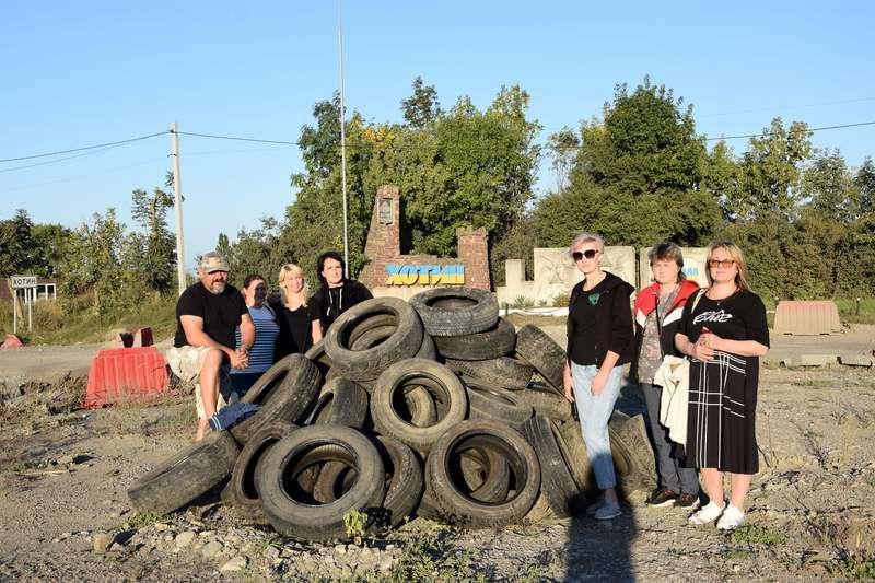 Протест із шинами: на кільці перед Хотином засипали ями (ФОТО)