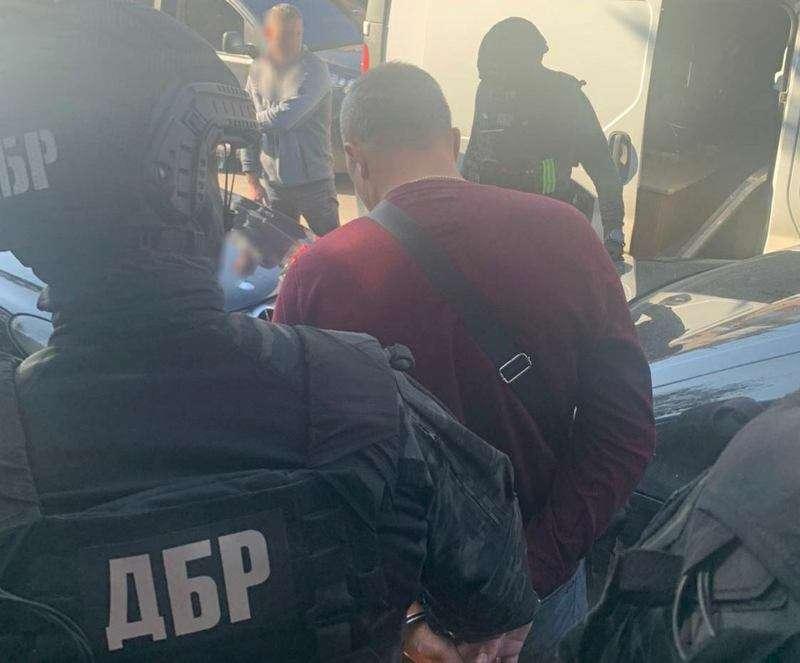 За хабар на Буковині затримали поліцейського та його спільника