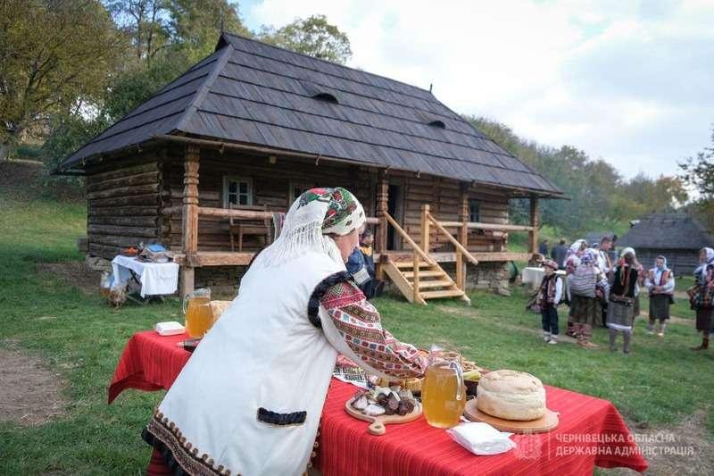 Танці і частування: у музеї просто неба в Чернівцях відкрили дві нові хати (ФОТО)